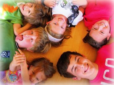 bambini-che-giocano-e-collaborano-il-convegno-L-vVWIVx